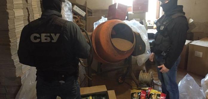 У Київській області ділки бетономішалкою підробляли тонни кави елітних марок