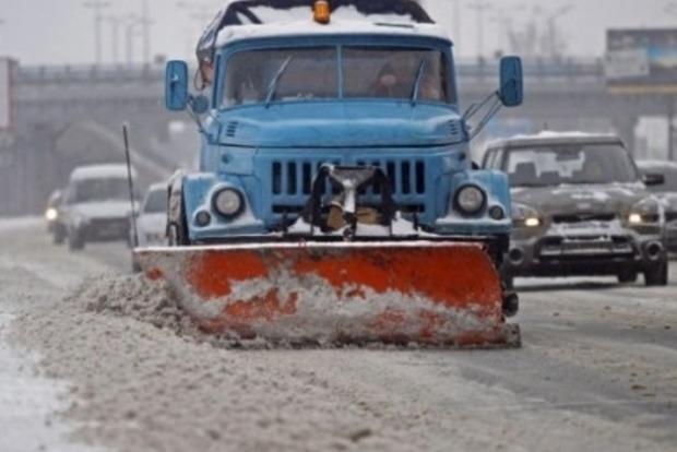 В Киеве для уборки снега задействовали более 500 единиц техники