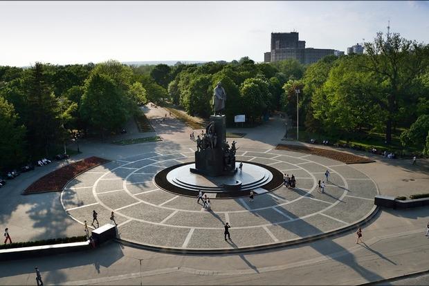 В Харькове мужчина перерезал себе вены возле памятника Шевченко