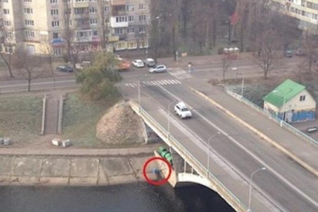 Мужчина повесился на мосту в Киеве