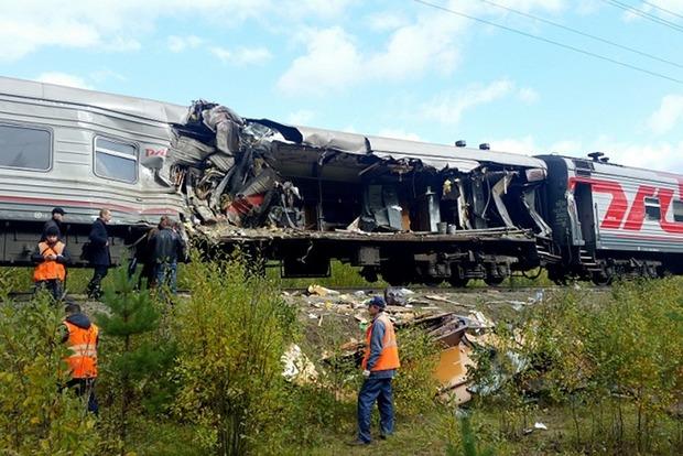 Разорвал вагон. В России поезд врезался в грузовик, есть пострадавшие