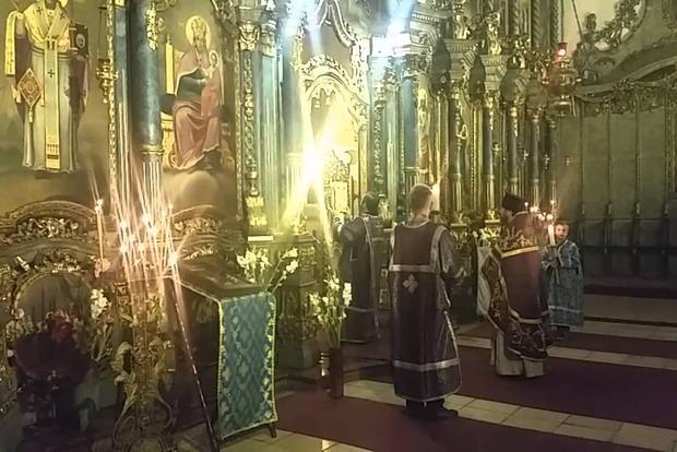 К бюсту Николая II приставили попа ждать мироточения