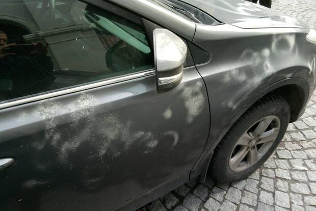 Автомобиль генконсула РФ в Украине облили кислотой
