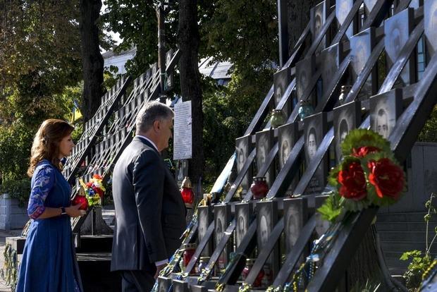 Порошенко перед парадом помолился за Украину и почтил Героев Небесной Сотни