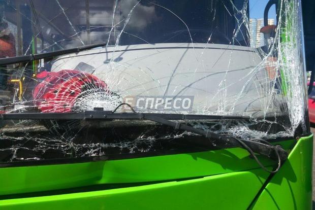 На Дарнице в Киеве столкнулись маршрутки: госпитализирована 18-летняя девушка