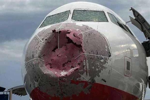 Украинский пилот под аплодисменты посадил поврежденный градом самолет