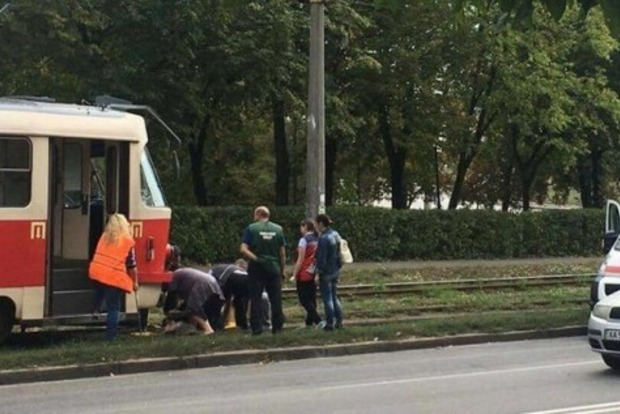 Трамвай переехал мужчину возле парка в Киеве