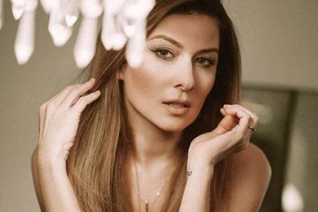 Жанна Бадоева сверкнула ляжкой из-под рубашки