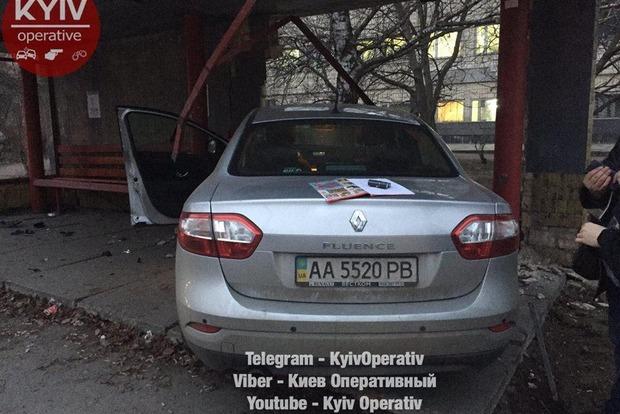 На Виноградаре Renault снес остановку общественного транспорта
