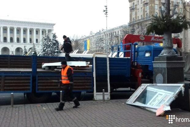 Коммунальщики сносят МАФы на Майдане Независимости