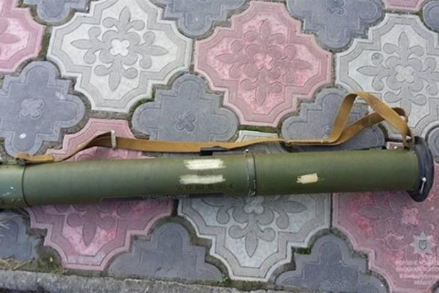 В поселке на Днепропетровщине мужчина ходил по улице с гранатометом