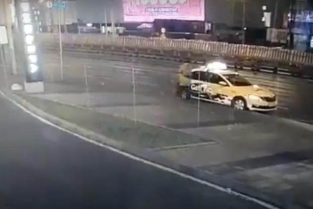 Жестокая судьба: женщину убило колесо, когда она садилась в такси