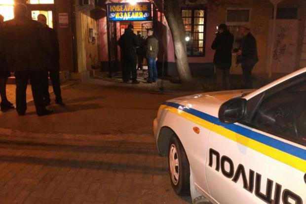 Под Харьковом злоумышленники вынесли измагазина 3кг золотых украшений