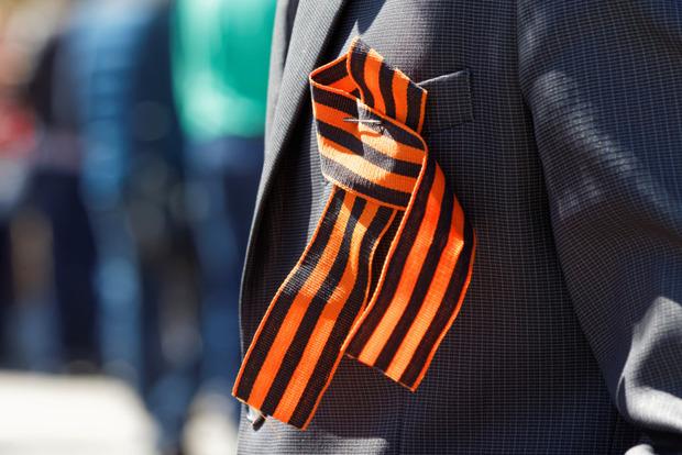 С сегодняшнего дня за ношение георгиевской ленты в Украине грозит до 15 суток ареста
