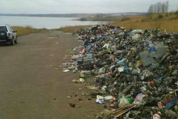 На Львовщине местные жители перекрыли трассу из-за мусора