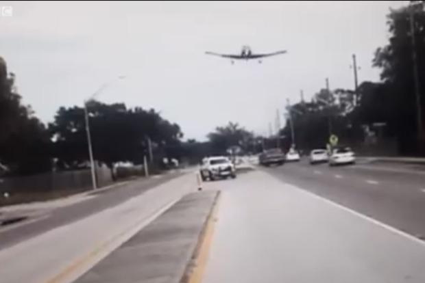 В США самолет использовал автотрассу как посадочную полосу
