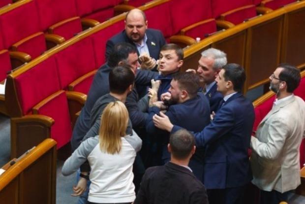 В парламенте между депутатами Головко и Кишкарем произошла драка