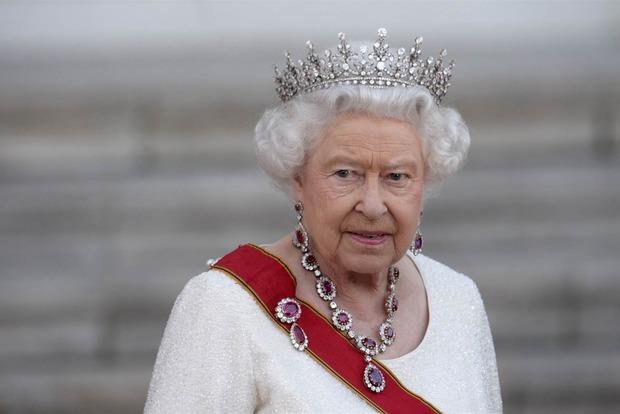 Охранник Букингемского дворца едва не застрелил королеву Елизавету II во время ночной прогулки - СМИ