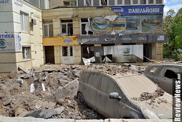 В Киеве прорвало трубопровод в Голосеевском районе: повреждены 4 автомобиля и здание