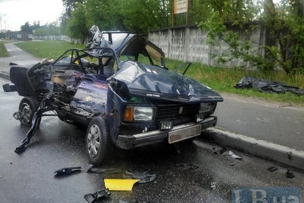 В Киеве грузовик раздавил ВАЗ, есть погибший
