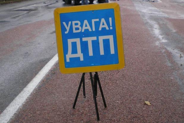 В Киеве мужчина сбросился с моста и попал под колеса грузовика