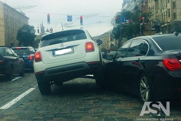 Знатно перестроилась: в центре Киева джип влез на капот легковушки