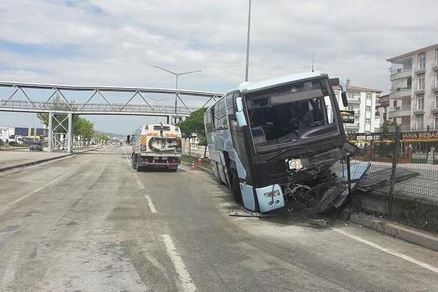 В Турции попал в ДТП автобус с политиками