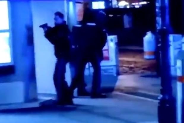 СМИ сообщают, что террорист взорвал себя и заложников  пояс шахида в венском ресторане. Полиция называет другие цифры