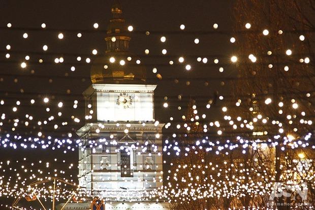 К Новому году центр Киева украсили 3000 гирлянд