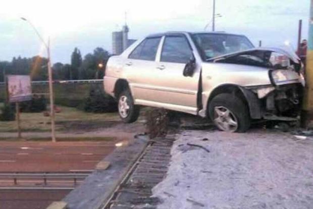 В Киеве голландец на Chery протаранил столб и повис на мосту