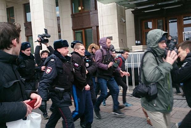 В Москве силовики перекрыли Манежную площадь и задержали школьника