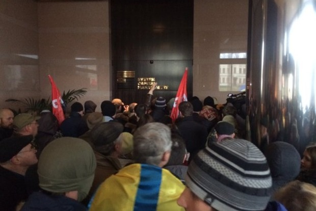 Участники народного вече ворвались в офис компании Ахметова