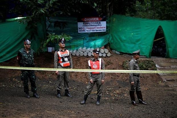 З печери у Таїланді евакуювали шістьох дітей