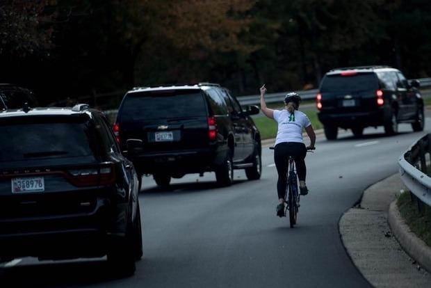 ВСША сократили женщину, показавшую кортежу Трампа средний палец
