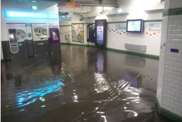 В Париже рекордный ливень затопил метро