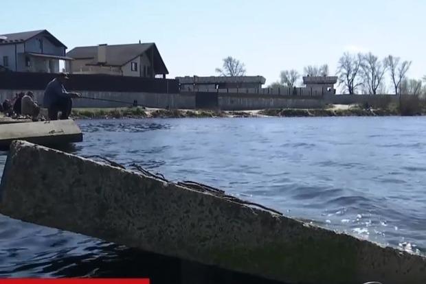 Мешала проходу катеров: неизвестные разобрали часть дамбы Бортнической станции аэрации