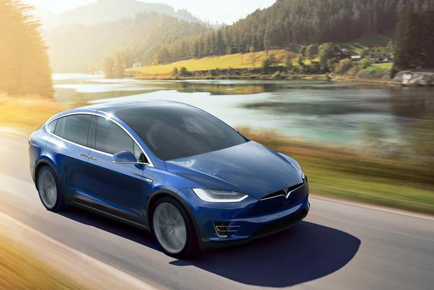 Черная пятница со скидкой в 100%: В Киеве Tesla угнали прямо из автосалона