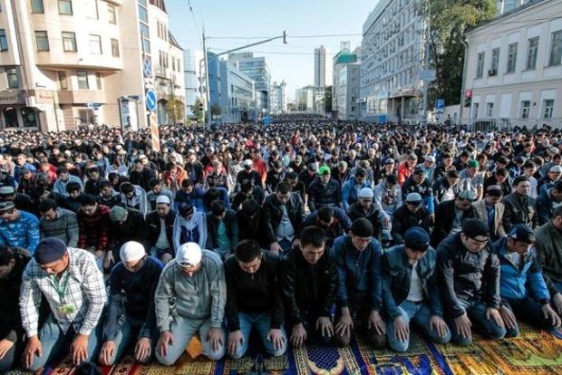 В Москве многотысячная толпа мусульман снесла полицейские ограждения, чтобы попасть в метро