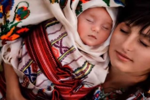 Порошенко поздравил украинок с Днем матери