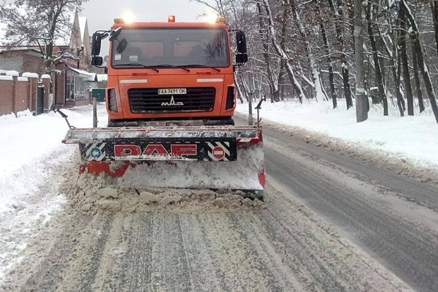 Киев убирает от снега 250 единиц спецтехники и 59 бригад коммунальщиков