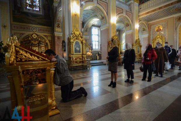 Толпились в очереди, целовали крест. Как в оккупированном Донецке встретили Пасху