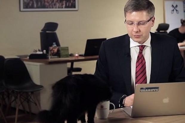 Черный кот выпил воды из кружки мэра Риги в прямом эфире