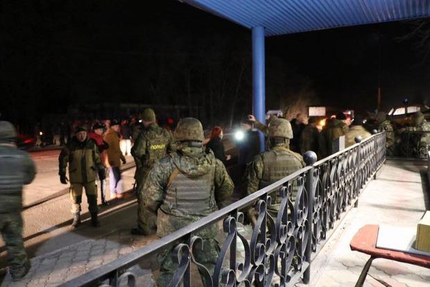 Митингующие ращбили окна в офисе «Альфа-банка» в центре Киева