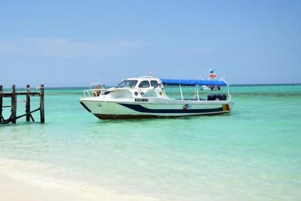 Возле Малайзии пропало судно с туристами