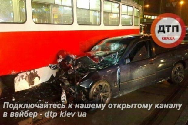 В Киеве BMW снес с рельс трамвай
