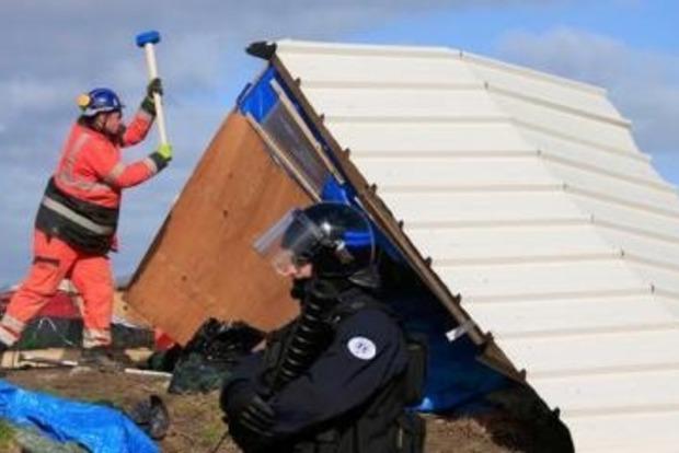 На севере Франции начали разбирать нелегальный лагерь беженцев