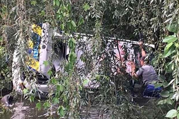 В Киеве во время погони авто копов упало в реку. Появилось видео и фото