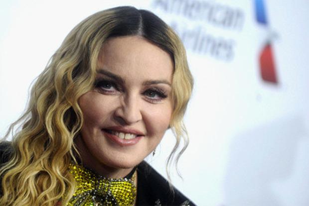 60-летняя Мадонна в коротких шортах растопырила ноги над ведром