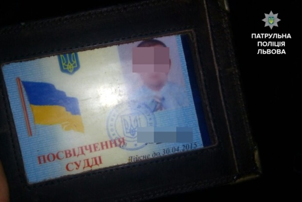 Во Львовской области пьяный судья уснул за рулем, остановившись на красный свет