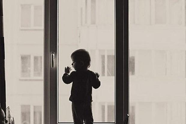 Шестилетняя девочка погибла, выпав из окна на 9-м этаже в Киеве